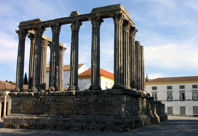 1280px-Roman_temple_Evora_Alentejo_Portugal_28_September_2005.jpg